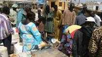 Fischhändlerin in Soumbédioune, Senegal von Billo Heinzpeter Studer