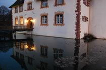 Wasserschloss, nachts, beleuchtet by Thomas Peter