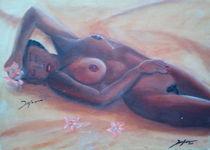 Afrikanische Frau liegend im Sand by jefroh