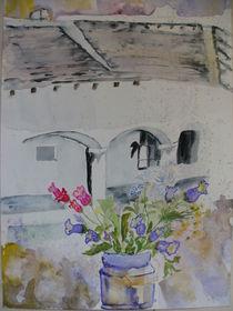 Altes Haus mit Frühlingsblumen am Fensterbrett von Eva Jacqueline Weniger