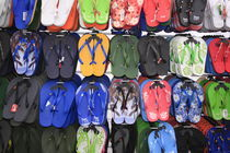 viele bunte Flip-flops by Willy Matheisl