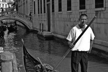 Venice-gondalier-b-w