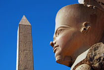 Karnak, statue of Amun, Obelisk. von David Love