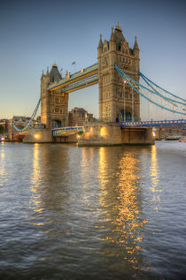 Tower Bridge at Dusk von tgigreeny