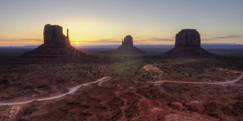 Monument-valley-sunrise