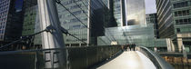 Bridge in front of buildings, Canary Wharf, London, England von Panoramic Images