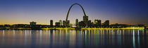 City lit up at night, Gateway Arch, Mississippi River, St. Louis, Missouri, USA von Panoramic Images