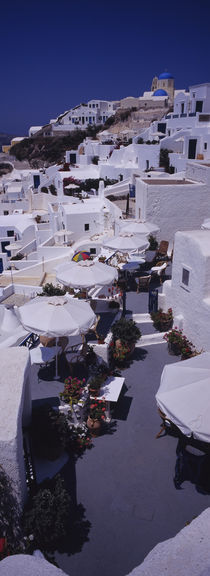 High angle view of chairs and tables in a balcony, Oia, Santorini, Greece von Panoramic Images