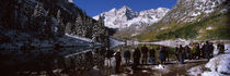 Tourists at the lakeside, Maroon Bells, Aspen, Pitkin County, Colorado, USA von Panoramic Images