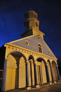 Chilean church in night von Victor Santamaria Gonzalez