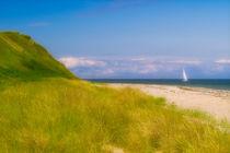Strand mit Segelboot II von dresdner