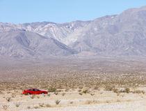 Rotes Auto in der Wüste von buellom