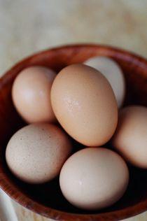 Eggs in a wooden bowl von bluepointphoto