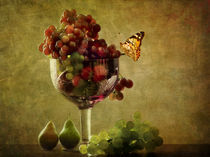 Gartentrauben in Schale mit Birnen und Schmetterling von Franziska Rullert