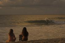 Junge Zuschauer am Strand von Pipeline auf Oahu by Andy Fox