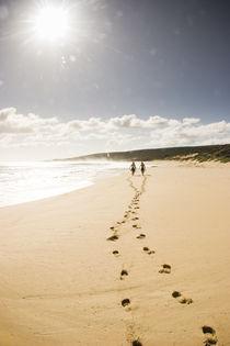 Surfer und ihre Fußspuren im Sand by Andy Fox