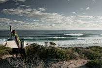 Ein Surfer beim Blick zurück auf die Brandung von Andy Fox