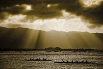 Outrigger Boote im Abendlicht auf Oahu von Andy Fox