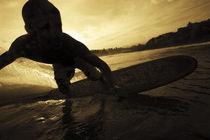 Ein Surfer im Abendlicht von Roca Sunzal by Andy Fox