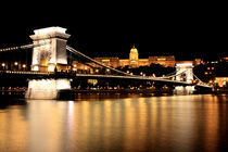 Chain Bridge by night by Gustavo Oliveira