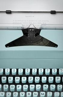 Old fashioned retro antique 70s typewriter machine von Ondrej Vasak