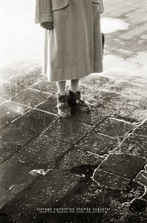 Woman in the rain, Germany 1954 von Thomas Schaefer