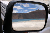 Reflection of the still blue waters of Pangong Tso in Ladakh von Ruchika Vyas
