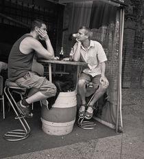 Men with beers: Berlin von Ron Greer