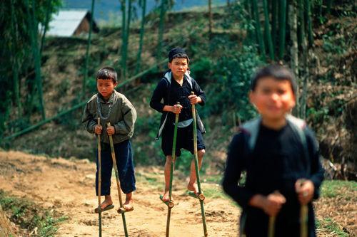 Sapa-boys-hmongs-stelzen