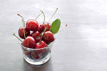 fresh cherries in a glass von Kris Shopov