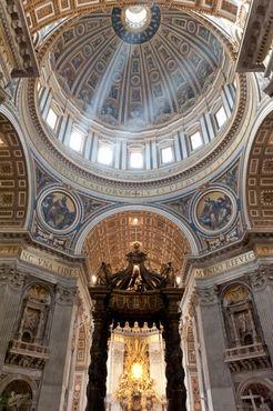 Petersdom-baldachin-und-kuppel