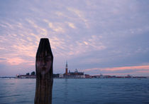 The face on the post, with San Giorgio Maggiore von Ronnie Peters