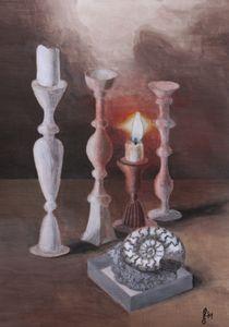 Stillleben mit Kerze und Fossil von Sabrina Hennig