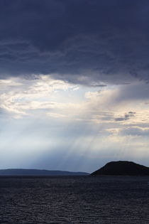 Light rays over the sea.  von Gordan Bakovic