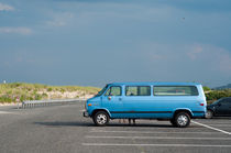 Blue Van at the Beach von Michael Bastianelli
