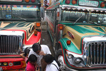 Colorful Busses in Antigua Guatemala von Charles Harker