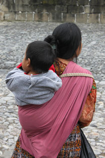 Woman with baby on back in Antigua Guatemala von Charles Harker