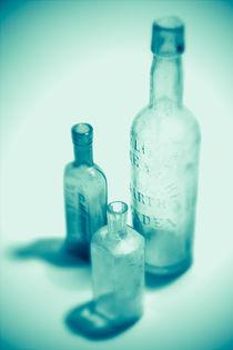 Alte Flaschen türkis by dresdner