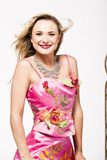 Blonde girl ina pink floral dress von vito vampatella