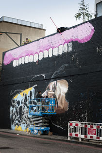 Two Graffiti Artists decorating a wall. von Tom Hanslien