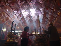 Hanging incense in a temple in Hong Kong von Andras Nagymihaly