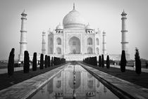 Classic Front View of the Taj Mahal in B&W von Russell Bevan Photography