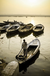 Boatman on the River Ganges von Russell Bevan Photography