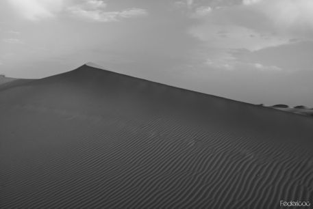 Erg-chebbi-dune-in-black-3-marocco-2011