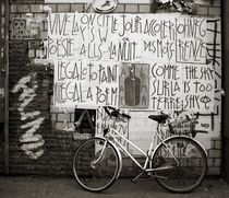 Graffiti and bycicle by RicardMN Photography