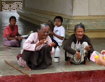 Begging for money in the Shwezigon Pagoda by RicardMN Photography