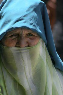 Old Lady walking in Morroco von Juan Carlos  Medina Gedler