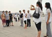 World souvenir: Beijing, Tian'an Men Square, Chinese tourist taking a photo of her mother with two Western tourists von Manel Clemente
