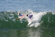 Surfer Girls - Surfing Huntington Beach von Eye in Hand Gallery