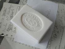 Seife vor Papieren von Kathrin Kiss-Elder
